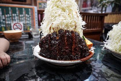葉栗屋の味噌カツライスの山盛りキャベツがすごい!!