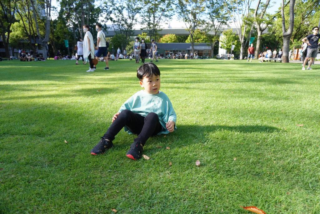 息子は芝生でゴロゴロ