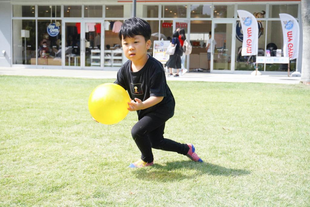 ボール遊びに真剣な息子