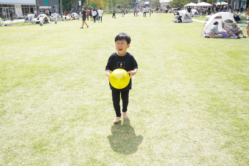 ボールで遊ぶ息子