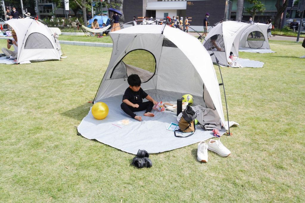 テントの中で遊ぶ息子