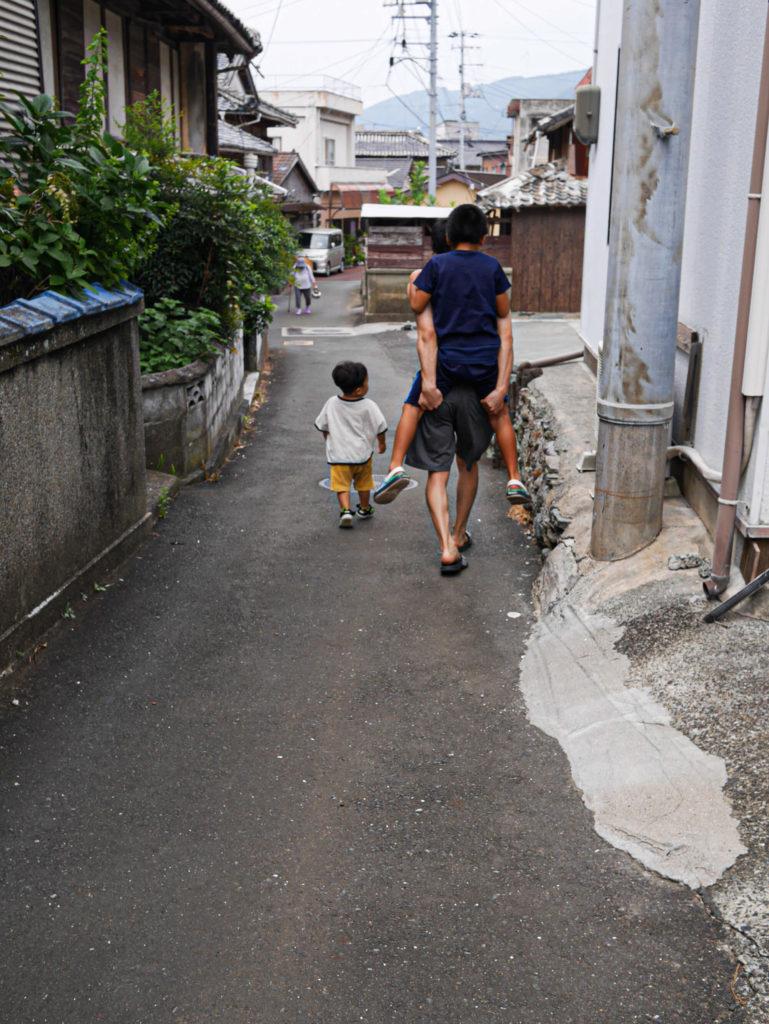 坂を下る家族