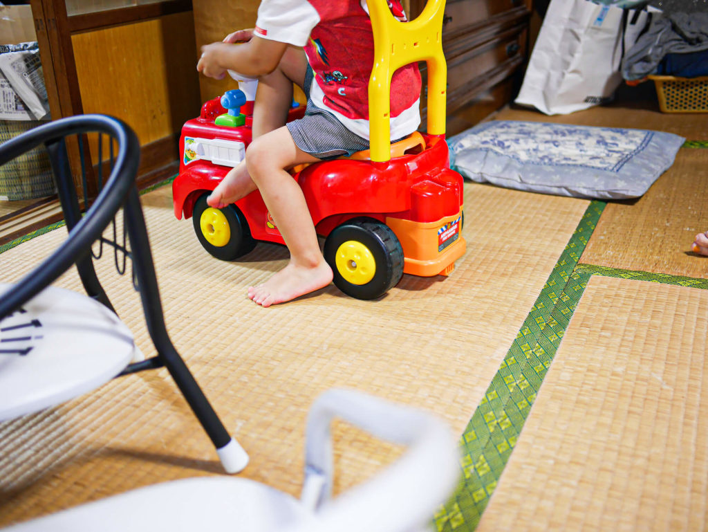 畳の部屋で遊ぶ甥っ子
