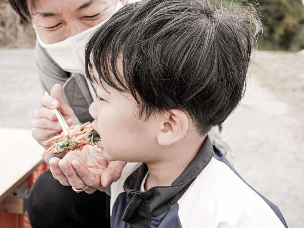 かき揚げを食べる息子